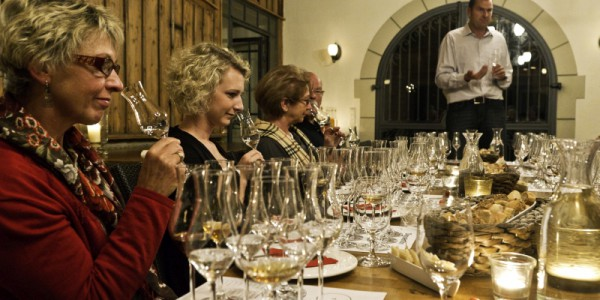 Schnapsprobe bei Robert Gierer: Vor dem Trinken steht das Riecherlebnis, Ursula und Stefanie Joeckel (von links) probieren es aus