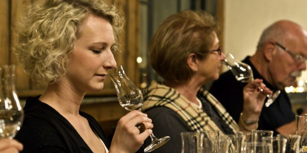 Schnapsprobe bei Robert Gierer: Vor dem Trinken steht das Riecherlebnis, Stefanie Joeckel,  Edeltraud und Dierk Schluecker (von links) probieren es aus.