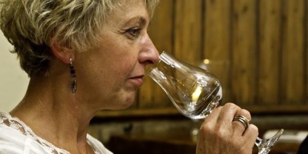 Schnapsprobe bei Robert Gierer: Vor dem Trinken steht das Riecherlebnis, Ursula Joeckel probiert es aus.