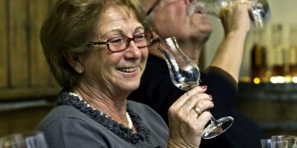 Schnapsprobe bei Robert Gierer: Gute Laune ist nicht verboten Edeltraud Schluecker freut sich ueber die Edeltropfen, waehrend ihr Mann Dierk schon einmal sein Probeglas leert.